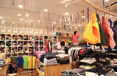 「tshirt.co.jp」中目黒に年間ゥン十万枚のTシャツをサバく「Tシャツ大魔神」がいた。常時 数千枚の無地Tシャツをラインナップし様々なオーダープリントが可能!