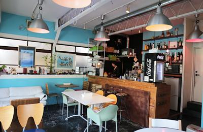 ファンキーなのにアットホームなCafe & Bar「Square hedges」。その心地良さの源はオーナー&周りのピープル達によるものでした。